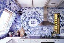 Cuisine / Kitchen / La cuisine (kitchen) est une pièce à vivre où on aime passer du temps. Carrelage (tiles) ou azulejos égayent joliment cette pièce.