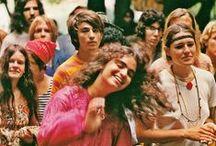 Festival de Woodstock / El festival de música y arte de Woodstock, es uno de los festivales de rock y congregación Hippie más famosos e importantes de la historia. Tuvo lugar en una granja de Bethel, Nueva York, los días 15, 16, 17 y la madrugada del 18 de agosto de 1969. Woodstock se convirtió en el icono de una generación de estadounidenses hastiada de las guerras y que pregonaba la paz y el amor como forma de vida y mostraban su rechazo al sistema <3