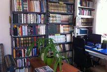 Kütüphanem / Kocaman bir kütüphanem var Zaman zaman burada kitaplarımın resimlerini ve vaktim nisbetince de bir kaç cümleyle kitap hakkında bilgileri paylaşacağım...Kitaba duyarsız bir toplumda kitaplarla haşir-neşir olmaktan mutluyum...Az ve ender insanlardan olmak güzel...