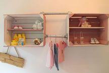 Babykamer met roze accenten. / Veilingkistjes en steigerbuis combi voor extra opslag en sfeer in de babykamer.