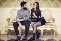 Mertinelli shoes / Martinelli, to hiszpańska firma, która od 1973 roku zajmuje się projektowaniem i produkcją wysokiej klasy butów i torebek z wyjątkową dbałością o szczegóły i detale. Znane na rynkach całego świata, unikalne kolekcje Martinelli od lat budowane są wielowątkowo. Tutaj przy modelach typowo casualowych znaleźć można wykwintne, koktajlowe fasony. Wszystkie wzory Martinelli dostosowując się do aktualnych trendów, utrzymują swój niepowtarzalny i ekskluzywny charakter.