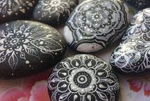Maarta Mandala Art / Moora Rocks. Painted stones, rocks and pebbles. Ornaments and Mandalas on stones by artist and illustrator Christiane Neumann aka Maarta. www.moora.rocks