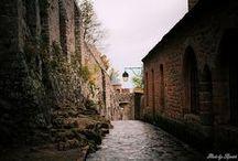 Les rues du Mont-Saint-Michel / Tout le monde connait le Mont-Saint-Michel vu de l'extérieur, mais avez-vous déjà pénétré au sein de ses murs ?