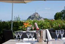 Le Relais Saint-Michel / Une vue panoramique face au Mont-Saint-Michel. Un parc paysager et des jardins fleuris. Des chambres et suites spacieuses et lumineuses. Et la beauté du Mont pour sublimer le tout.