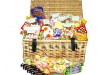 Sweet hampers and American candy hampers. / Daffy-down-dilly has created a fantastic range of sweet hampers for you to buy sweets and gifts online.  From our collection containing just American candy to retro sweets from the '70's and '80's and are perfect blend of both, you can choose the exact sweet hamper to indulge yourself or to give as a gift to that special person.  All are packed beautifully - in our High Street shop we really understand how important presentation is.  Bespoke sweet hampers - no problem! All with Free Delivery!