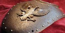 Pracownia Artystyczna LORICA - RYNGRAF POLSKI, HUSARIA, KAWALERIA, POLISH GORGET - POLISH ARMOR / Wytwarzam elementy historycznego uzbrojenia ochronnego - pancerze, karwasze, obojczyki, naczółki. Specjalizuję się głównie w polskich patriotykach, wykonuję RYNGRAFY (z wszystkich okresów historycznych) i KAPLERZE - przedmioty związane wyłącznie z polską tradycją wojskową. Zajmuje się również rzadką sztuką pisania IKON w metalu.  Wszystkie elementy i detale w moich wyrobach są w całości ręcznie wykonane. Przedmioty wytwarzane przeze mnie mają charakter kolekcjonerski, dekoracyjny oraz użytkowy.