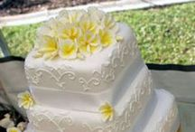 Cakes - Traditional Wedding / White, ivory or pastel cakes with several tiers, decorated with traditional floral designs.