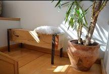 """Bútorok / Aware Furniture egy kis asztalos műhely, ahol a használt, régi fa és az új ötletek egy kis egyediséggel fűszerezve találkoznak. Kizárólag újrahasznosított fából - főleg épület alapanyagok, esetenként régi bútorok szerkezeti elemei - dolgozunk és próbáljuk újratervezni új formába önteni igyekezve fa """"fűszerességét"""" nem elveszítve, """"mai"""" bútorokat készíteni."""