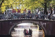 Aan de Amsterdamse grachten... / Een Nederlands liedje dat in 1949 geschreven is door de componist Pieter Goemans en gezongen werd door Wim Sonneveld. Wanneer ik dit liedje hoor, denk ik met een warm gevoel aan Amsterdam, de stad waar ik geboren ben!