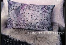 Home Bohème   Boho Home / Intérieurs boheme chic, mix and match ethnic, souvenirs de voyage et coussins en soie colorés, macramé, lifestyle chic et cool