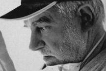 Jorge Romeo  / Nel 1973, lascia gli studi di chimica per dedicarsi alla scultura, si iscrive alla Esculea Nacional de Bellas Artes P. Pueyrredon, dove nel 1977 diventa professore di Scultura