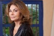 Sophia Vari / Nasce in Grecia e debutta nella sua carriera artistica con la pittura. La sua prima mostra ha luogo a Londra nel 1968, quindi scopre qualche anno più tardi la scultura che diventa la sua passione