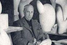 Jean Hans Arp / Nasce a Strasburgo da madre alsaziana e da padre tedesco, dal 1905 al 1907 frequenta la scuola d'arte di Weimar: nel 1912 partecipa alla seconda esposizione del Blaue Reiter a Monaco, dove conosce Kandinskij e Delaunay