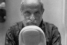 César / Originario di una famiglia di emigranti toscani, César Baldaccini frequenta l'Ecole des Beaux Arts di Marsiglia dal 1935 al 1939 ed inizia a lavorare allo studio di Cornu, allievo di Rodin, dove impara a scolpire la pietra e il legno