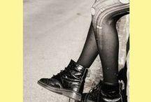 Novela de iniciación. Novela de aprendizaje / Selección de obras en las que el protagonista es un niño, adolescente o joven que se enfrenta a un cambio en su vida, a la entrada en una edad para la que no se siente preparado.  Estas obras que reflejan los miedos, las inseguridades, la soledad, pero también las esperanzas y anhelos de estos jóvenes tienen una importancia vital en la literatura tanto clásica como actual. Todas en Biblioteca Publica Municipal Manuel Alvar (Zaragoza).