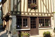 L'Office de Tourisme / Cette magnifique bâtisse construite en pierre et à pans de bois, date du 17ème siècle. Elle possède un escalier en saillie qui en fait sa particularité architecturale.