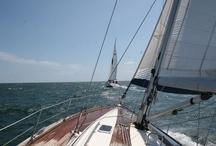 Yachting pe Marea Neagra / Yachtingul e un sport pentru pasionatii de natura, de cei care vor sa isi cunoasca limitele fara sa si le expuna in piata publica. E un sport discret, dar care cere eforturi speciale.