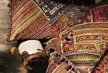 rom: S T U E / Kelimputer. Persisk vevde tepper og tasker. Orientalske lyslykter. Tyrkisk ornamentbrett. Marmor, glasshus, grovt tre og glatte hvite flater.
