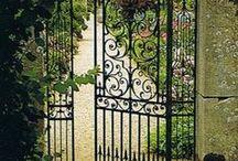 Portões, portas e janelas / Portões, portas, janelas ou portais. Pra olhar ou pra passar. Pra entrar, pra sair. Pra não entrar, pra não sair. De dentro pra fora, de fora pra dentro.