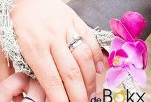 Verlovingsringen / U wilt uw geliefde ten huwelijk vragen. Van harte gefeliciteerd!  Een mooiere bezegeling van jullie liefde voor elkaar bestaat er niet. Wie gaat trouwen, dient eerst de hand van zijn of haar geliefde te vragen en de verloving te bezegelen met een ring. Maar het aanschaffen van een verlovingsring is makkelijker gezegd dan gedaan.  Hoe weet ik welke ring ze mooi vindt? Hoe meet ik de ringmaat van haar vinger? En waar moet ik rekening mee houden bij het kopen van zo'n ring?
