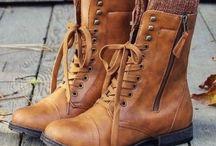 Boots ❤ / Eu particularmente sou A-P-A-I-X-O-N-A-D-A por esse calçado mas independente do modelo ou material, as botas podem alongar ou achatar as pernas. Evite esse efeito indesejado de silhueta cortada usando uma bota da mesma cor que a parte inferior do look.