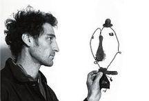 Christian Voltz / Christian Voltz es autor e ilustrador de varios álbumes para niños. Sus ilustraciones se caracterizan por ser escenas fotografiadas. Para construirlas utiliza el hilo de hierro, objetos de recuperación, cartones y papeles recortados.