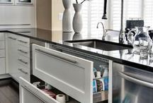 Kitchen Organization / Ideas and tips to organize your kitchen on a budget. Declutter and organize your home on a budget.