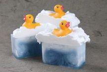 Des savons fous ! / Des savons du monde entier souvent artisanaux pour amuser les enfants lors du bain.