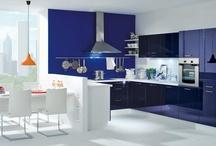 """Blaue Küchen / Blaue Küchen liegen wieder im Trend. Schon die erste Einbauküche, die """"Frankfurter Küche"""" war blau. Heute werden blaue Küchen mit viel Weiß und Holz kombiniert."""
