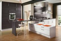 Dunkle Holzküchen / Holz ist wieder im Trend, insbesondere die dunklen Holztöne liegen vorn in der Küchenplanung. Räuchereiche, Nussbaum oder Wenge - mit den neuen Küchen sind Sie ganz und gar nicht auf dem Holzweg.