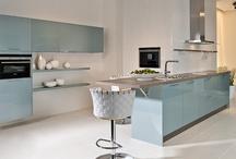 Hellblaue Küchen / Eine kleine Abkühlung gefällig? Mit einer Küche in Hellblau gelingt dies in jedem Fall, wirken doch hellblaue Küchen frisch und in Kombination mit Weiß luftig und leicht.
