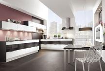 Küchen in Schwarz-Weiß / Für modernes Küchendesign ist Schwarz-Weiß ein perfekter Partner. Diese Kombination passt ideal zu klaren und geradlinigen Küchenkonzepten mit hochwertigen Materialien.