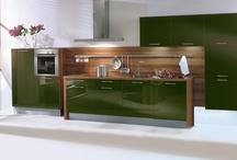 Grüne Küchen / Grün bringt Farbe in die Küche und schafft je nach Nuance eine auffällige Optik mit sattem Grasgrün oder eine gemütliche Behaglichkeit mit dezentem Schilfgrün.