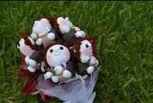 Buquês de Noiva / Aqui você vai encontrar Buquês para Noivas, alguns produzidos por mim, como o Buquês de Santo Antônio, Pinguins e o Buquê de Cupidos. Para comprar, acesse nossa loja: www.caixabonita.elo7.com.br