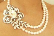 Biżuteria / to, co kobiety kochają najbardziej.....diamenty, szafiry, rubiny, perły i wiele innych drogocennych i mniej cennych kamieni...
