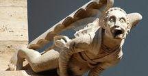"""""""Gárgolas"""" / Las gárgolas fueron introducidas por primera vez en las catedrales de estilo gótico, eran utilizadas para el desagüe de las catedrales, que despedīan el agua por los orificios de la boca de la escultura  Hay dos teorías de su significado:  Representan a un demonio huyendo de la iglesia Especie de espantapájaros para ahuyentar a los espíritus malignos"""