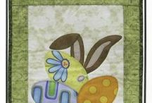 Easter || Beginner Friendly Applique Patterns / Small beginner friendly quilt patterns for Easter. Quilted wall hangings featuring Easter Bunny, carrots, chicks, Easter Eggs. Easy to make using fusible applique.