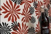 Kobiecość a'la Miss Print / Miss Print to mała angielska firma o charakterze lokalnego rodzinnego biznesu który tworzą : Lee, Yvonne i Rebecca Drury. Miss Print zajmuje się produkcją tapet, tkanin oraz innych akcesoriów dekoracji wnętrz np. abażurów, czy poduszek. Yvonne i Rebecca mają  doświadczenie w drukowaniu na tekstyliach- licencjaty na University of  East London. Yvonne  sprzedawała projekty dla dużych korporacji takich jak Tommy Hilfiger i Calvin Klein.