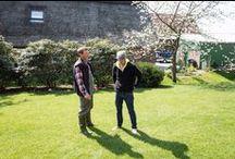 Welle8: Vordergarten - Außen / Grundfläche: 20 x 10m  Pflanzen (Blütezeit): Schneeglöckchen (März), Blutpflaume (März-April), Kirsche (April), Rhododendren (April-Mai)  Zufahrt: Über den Innenhof  http://welle8.com/