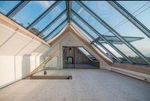 Welle8: Büro - Scheune / Grundfläche: 6,5 x 8,4m  Deckenhöhe: 3,2m  Besonderheiten: Vollkommen geöffneter Dachstuhl ohne Wände, gekalkter Kiefernboden, offenes Stahldach mit grossen Dachfenstern (Drehpunkt oben) nach Norden zur wilden Wiese, vollverglaste Fensterfront zur Dachterrasse hin.  http://welle8.com/
