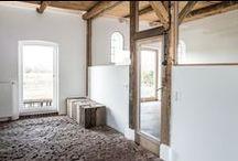 Welle8: Werkstatt - Scheune / Grundfläche: 7,5 x 6,4m  Deckenhöhe: 2,6m  Besonderheiten: Historischer Backsteinboden, gekalkte Wände, sandgestrahlte Holzdecke, Oberlichter zur Dachterrasse, Stahlofen, antike Gartenwerkzeuge, doppelte Glastür nach Süden zum Innenhof, vollverglastes Ständerwerk zur Pantry, bodentiefes Fenster nach Norden zur Wiese.  http://welle8.com/