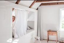Welle8: Gästezimmer - Haus OG / Grundfläche: 4,3 x 3,75m  Deckenhöhe: 2,5m  Besonderheiten: Vollverglaste Trennwand zum Wohnzimmer, Verdunklungsvorhänge, durchgehende Schrankwand mit integriertem Alkoven, gekalkter Kiefernboden, sandgestrahlte Balken, Veluxfenster mit Verdunklungplissee (Drehpunkt oben) im Alkoven nach Osten zur Elbe, Sprossenfenster nach Süden mit Blick durch die Birnenbäume.  http://welle8.com/
