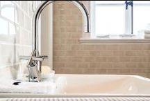 Welle8: Badezimmer - Haus EG / Grundfläche: 3,6 x 1,8m  Deckenhöhe: 3,1m  Besonderheiten: Granitboden, Holzdecke, Ganzglasdusche, Sprossenfenster nach Osten, antike Zimmertüren.  http://welle8.com/