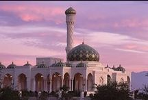 Architektur | Oman / Kunstvoll verzierte Gebäude, historische Festungen, majestätische Paläste und State-of-the-Art Hotels - im Oman trifft Tradition auf Moderne.