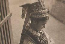 Folkwear of Hungary-Old Foto / Magyar népviselet -  A  20. század elején készűlt fekete-fehér fotók a népviseleten kivűl az akkori életet is megmutatják