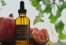 John Masters Organics / John Masters Organics est une somptueuse marque de Cosmétiques Bio luxueux et efficaces. Créée il y a plus de 20 ans autour des Shampoings Bio et Après Shampoings, la marque basée à NYC a conquis le monde de la Beauté Naturelle et les stars du monde entier grâce à  des Soins Visage, Corps et Cheveux à base de plantes aux résultats et à l'efficacité inégale.