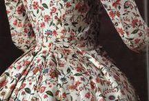 Segle XVIII - Indianes / La irrupció de les indianes a Europa va representar una veritable revolució en la indumentària. Per les seves propietats higièniques i estètiques, així com per la seva comoditat d'ús i pel seu preu, molt més assequible que el de les tradicionals teles de luxe, els teixits de cotó estampats es van convertir en un gènere de consum massiu. Gran part del seu èxit es trobava en el color i el disseny dels estampats,