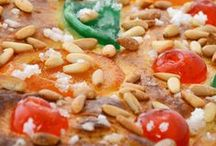 Tradicions dolces / Un component cultural molt important en les celebracions i les festes tradicionals són les menges dolces que sovint tanquen els àpats de festa però que també en d'altres són les protagonistes. Generació a generació s'han transmès les receptes i els plats es preparen seguint la tradició. De receptes dolces tradicionals catalanes en trobem de variades i a cabassos en tota la nostra geografia.