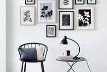 Accrocher des tableaux / Accrocher des tableaux et disposer des cadres aux murs.