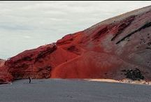 Conoce las Islas Canarias / Las Islas Canarias, de naturaleza volcánica, son parte de la región natural de la Macaronesia. Se puede decir que su clima es uno de los mejores del mundo y, junto a sus atractivos naturales y playas, hacen de las islas un importante destino turístico en cualquier época del año.   Su riqueza geológica y paisajística justifica la existencia de cuatro parques nacionales y que varias islas sean reservas de la biosfera de la Unesco, y otras tengan zonas declaradas Patrimonio de la Humanidad.